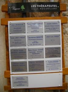 PLaques des thérapeutes de la Villa Pagnon
